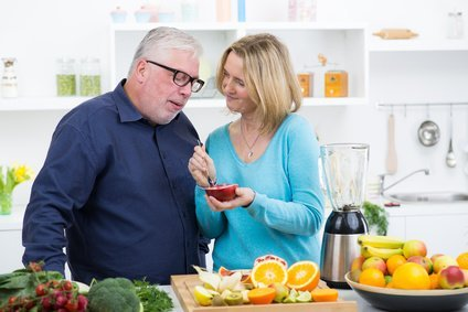 ehepaar ernährt sich gesund